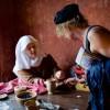 Eva-Maria erklärt einer Besucherin die verschiedenen Nähtechniken